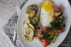 Desayuno sano: huevos fritos calientes y verduras cocidas imágenes de archivo libres de regalías