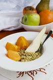 Desayuno sano: Kamut, linazas, pera y caqui Imagenes de archivo