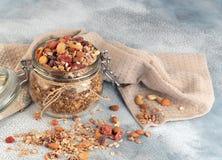 Desayuno sano - los tarros de cristal de la avena forman escamas, granola con secado imágenes de archivo libres de regalías