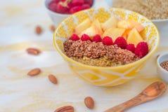 desayuno sano magnífico, gachas de avena de la harina de avena con las semillas de lino, frambuesas y nueces, comida sana del con foto de archivo libre de regalías