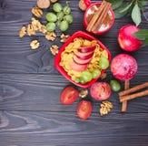 Desayuno sano: muesli con la leche, fruta fresca, nueces Fotos de archivo