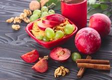 Desayuno sano: muesli con la leche, fruta fresca, nueces Fotos de archivo libres de regalías