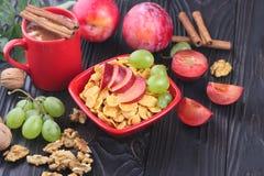 Desayuno sano: muesli con la leche, fruta fresca, nueces Foto de archivo