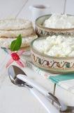 Desayuno sano: requesón, biscote curruscante y flor del fucsia Foto de archivo
