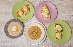 Desayuno sano - tres clases de tostada: con tocino y el huevo escalfado, con los pescados y el huevo escalfados, con tocino y esc Fotos de archivo libres de regalías