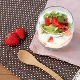 Desayuno sano y colorido: Yogur con la fruta del granola, de la fresa y de kiwi Imágenes de archivo libres de regalías