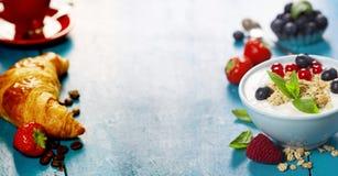 Desayuno sano - yogur con muesli y las bayas Fotos de archivo