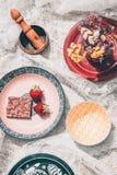 Desayuno servido con el chocolate y la fresa imagen de archivo libre de regalías