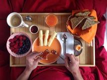 Desayuno servido en cama Imagen de archivo libre de regalías