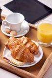Desayuno servido en cama Foto de archivo libre de regalías