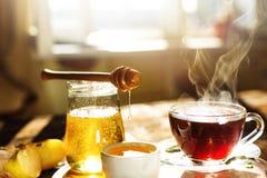 Desayuno, té, tiempo de verano, miel, comida sana, bocado, cruasán, mañana Foto de archivo libre de regalías