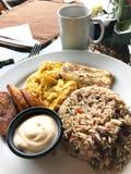 Desayuno típico de Costa Rica con los llantenes de las habas del arroz de los huevos fotos de archivo libres de regalías