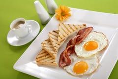 Desayuno - tostadas, huevos, tocino Imágenes de archivo libres de regalías