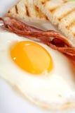 Desayuno - tostadas, huevos, tocino Fotografía de archivo