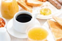 Desayuno tradicional - café, jugo, huevos y tostada, visión superior Fotos de archivo