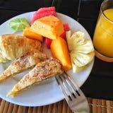 Desayuno tropical: fruta, jugo fresco Fotos de archivo