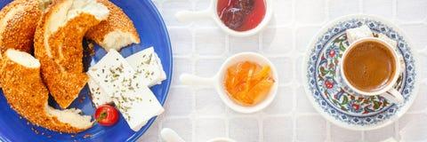 Desayuno turco auténtico con el café, queso, miel, atasco, Simit fotos de archivo