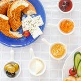 Desayuno turco auténtico con el queso, miel, atasco, aceitunas, Simit foto de archivo libre de regalías