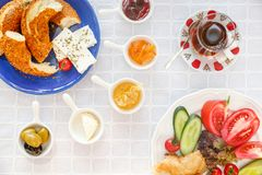 Desayuno turco auténtico con el té turco, queso, miel, atasco, aceitunas, Simit imagen de archivo
