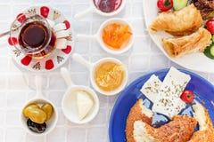 Desayuno turco auténtico con el té turco, queso, miel, atasco, aceitunas, Simit imagen de archivo libre de regalías