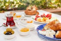 Desayuno turco auténtico con el té turco, queso, miel, atasco, aceitunas, Simit imagenes de archivo
