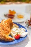 Desayuno turco auténtico con el té turco, queso, miel, atasco, Simit imágenes de archivo libres de regalías
