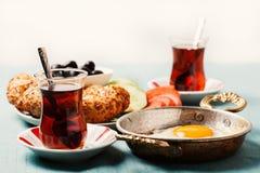 Desayuno turco tradicional con los huevos fritos y el té foto de archivo libre de regalías