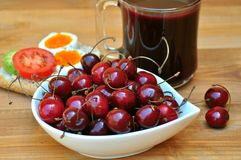 Desayuno vegetariano con las cerezas frescas Foto de archivo