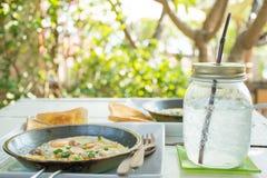 Desayuno y agua del huevo imagenes de archivo