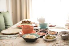 Desayuno y placa en la tabla foto de archivo