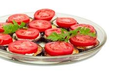 Desbastado por círculos fritou beringelas com close up dos tomates Fotografia de Stock
