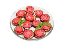 Desbastado por círculos fritou beringelas com molho de alho e tomatoe Fotografia de Stock