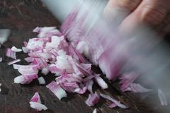 Desbastando a cebola com faca Imagem de Stock