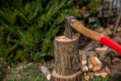 Desbastando a madeira à chaminé para aquecer-se em dias de inverno frios imagem de stock royalty free