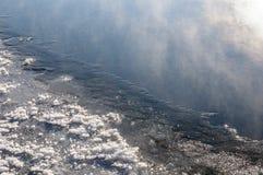Desbloqueado en invierno el río Fotos de archivo libres de regalías