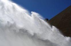 Desbloquear de agua de la presa del depósito fotografía de archivo