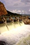 Desbloquear de agua en la pared de la presa Foto de archivo