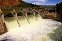 Desbloquear del agua en una pared de la presa. Imágenes de archivo libres de regalías