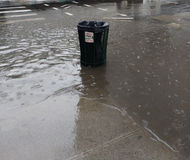 Desbordamiento de la alcantarilla, cubo de la basura inundado durante las fuertes lluvias, NYC, los E.E.U.U. Foto de archivo libre de regalías