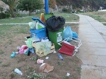 Desbordamiento de los desperdicios de la playa Foto de archivo