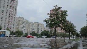 Desbordamiento en el camino después de la lluvia