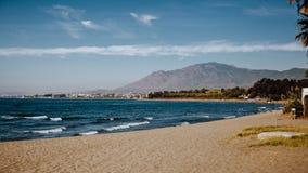 Descalzo en la playa arenosa junto Fotografía de archivo libre de regalías
