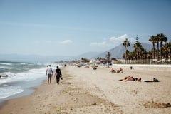 Descalzo en la playa arenosa junto Imagenes de archivo