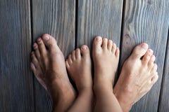Descalzo, pies en piso de entarimado de madera, adulto y niño, familia Fotos de archivo libres de regalías