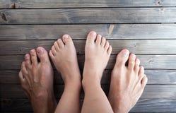 Descalzo, pies en piso de entarimado de madera, adulto y niño, familia Foto de archivo