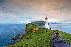 Descansando após a caminhada no farol de Mykines, Ilhas Faroé Fotografia de Stock