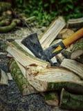Descansando el hacha después de tajar la madera fotografía de archivo libre de regalías