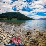 Descansando na costa do lago Tekapo, Nova Zelândia Fotografia de Stock