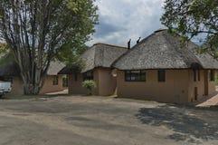 Descansar a casa com cobrem com sapê o telhado na reserva natural de Kwazulu Natal imagem de stock