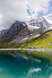 Descanse cerca del lago con las vistas del Eiger en las montañas suizas Imagenes de archivo